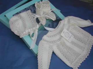 Conjunto para bebé compuesto por capota, chaqueta y patucos