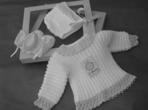Conjunto de ropita para bebé compuesto por capota, botitas y jersey